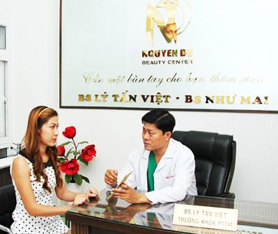 Bác sĩ Việt đang tư vấn